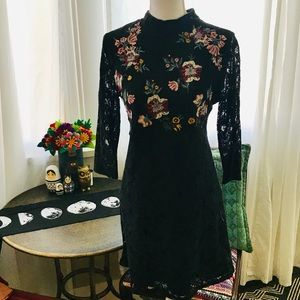 Lace embroidered dress size M